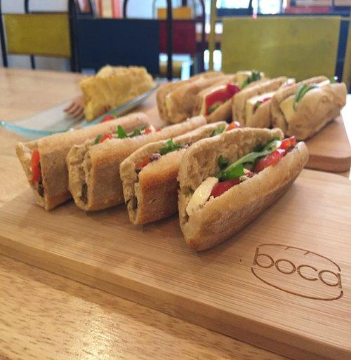 Présentation sur planche d'un ensemble de boca version tapas ainsi qu'une tortilla maison