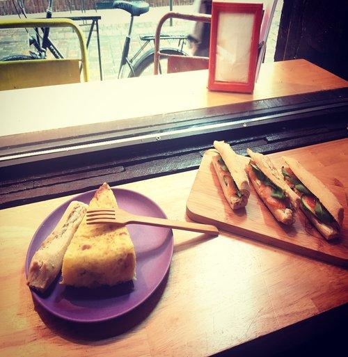 Présentation d'une tortilla ainsi que plusieurs variétés de sandwichs façon tapas